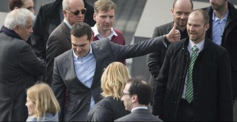 El primer ministro griego, Alexis Tsipras, visita el Monumento a las Víctimas del Holocausto durante su estancia en Berlín. - EFE