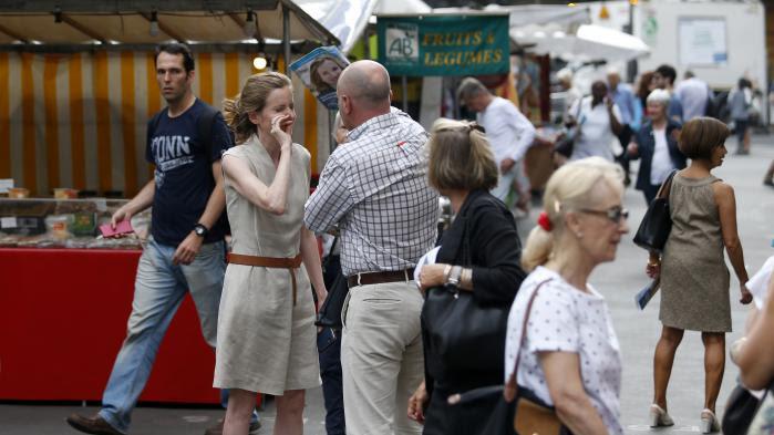 """NKM agressée à Paris : une journaliste a vu un homme """"voulant la frapper au visage avec des tracts"""""""