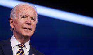 El presidente electo de EEUU, Joe Biden, pronuncia comentarios sobre la respuesta de EEUU sobre el coronavirus (COVID-19), en su sede de transición en Wilmington, Delaware.