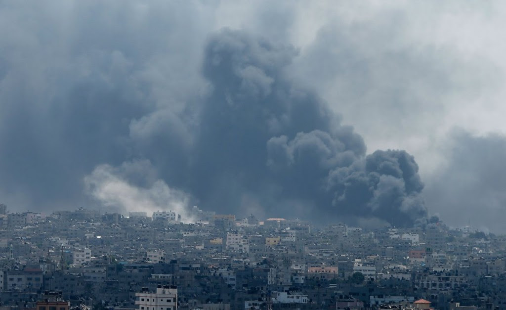 Smoke rises during what witnesses said were heavy Israeli shelling at the Shejaia neighbourhood in Gaza City July 20, 2014.  REUTERS/Mohammed Salem
