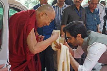 Veer Singh welcoming His Holiness the Dalai Lama on his arrival at the Vana Retreat Centre in Dehradun, Uttarakhand, India on April 6, 2016. Photo/Jeremy Russell/OHHDL