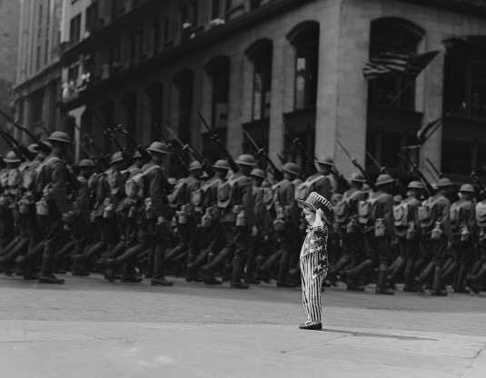 Một cậu bé đang xem đoàn diễu hành thuộc Quân đoàn 2 đi qua đường 26, Đại lộ 5 ở thành phố New York, Mỹ.