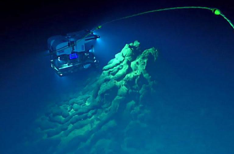 Varias imágenes realizadas por el profundo descubridor, un vehículo operado a distancia, que muestra depósitos de lava hechas por la erupción, incluidos los tubos de almohada, vidrio y otras formaciones.