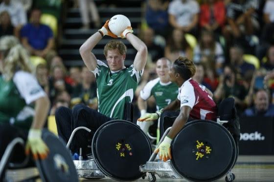 O monarca Príncipe Harry que já pratica o rugby, experimentou uma adaptação do jogo em cadeira de rodas