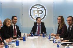 El PP se lanza a recuperar el voto de Vox: asume su ideario, pero esquiva a sus líderes en la negociación andaluza