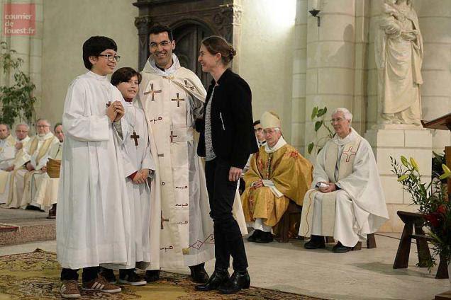 Malek Chaieb avec sa famille lundi soir en l'église Saint-Maurille aux Ponts-de-Cé.