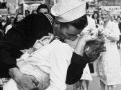 Fotografía tomada en Times Square, Nueva York, de un marinero besando fervorosamente a una enfermera en 1945.