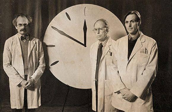 """Los científicos del """"Bulletin of the Atomic Scientists"""" ponen en marcha el Dooms Clock o Reloj del Apocalipsis en 1947."""