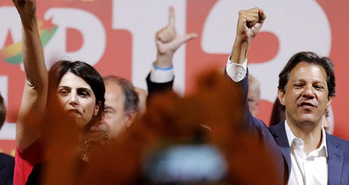Manuela D'Ávila, candidata a vicepresidenta de Brasil, junto a su compañero en la fórmula, Fernando Haddad