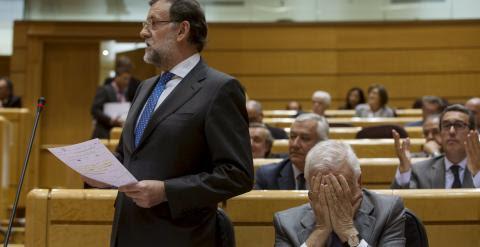 El presidente del Gobierno, Mariano Rajoy, en el Senado, junto al ministro de Exteriores, José Manuel Garcia-Margallo. REUTERS/Sergio Perez