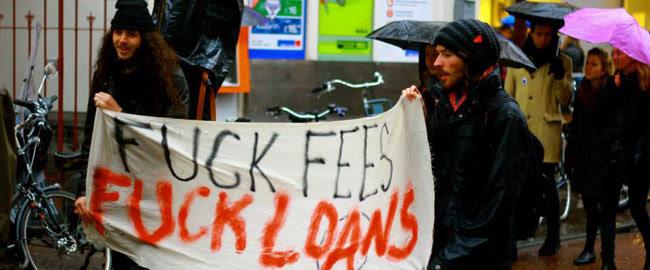 מפגינים נגד שכר הלימוד באוניברסיטאות ברחובות אמסטרדם (צילום: