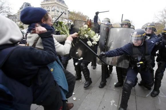 Los manifestantes formaron una cadena humana y posteriormente unos 200 activistas, algunos con máscaras, se enfrentaron con la Policía en una de las calles que conducen a la plaza de la República, que se ha convertido en lugar de reunión para los parisinos desde los ataques terroristas en la capital francesa, informa Reuters.