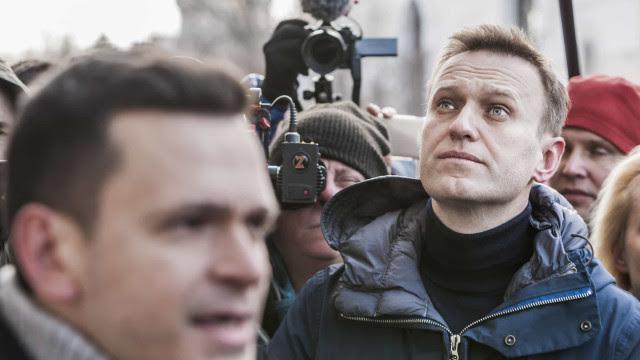 Opositor de Putin vai para colônia penal, e polícia prende mais de mil na Rússia