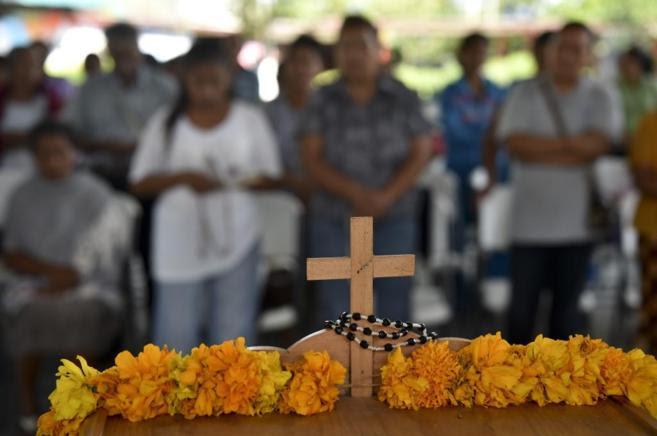 Familiares de asesinados en las fosas comunes celebran un funeral en Ayotznipa.