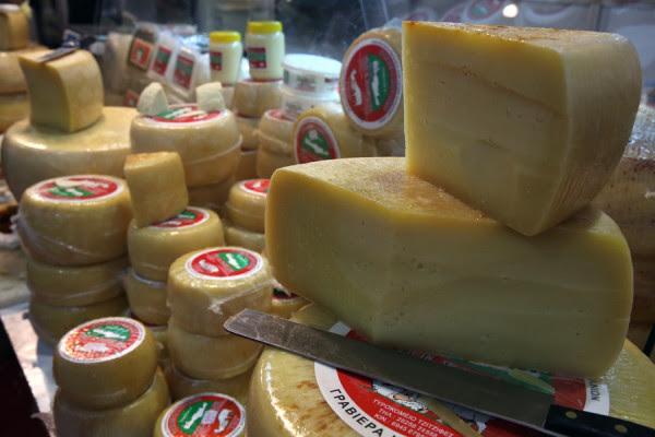 Δέσμευσαν 60 κιλά κεμπάπ και τυριά επειδή δεν είχαν ημερομηνία λήξης