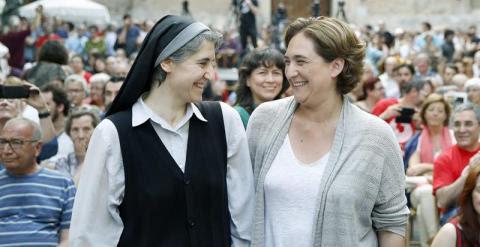 Teresa Forcades y la candidata de Barcelona en Comú, Ada Colau. / EFE