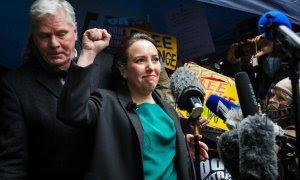 La pareja de Assange, Stella Moris, tras el anuncio de la sentencia contra la extradición a EEUU. Detrás de ella, el director de Wikileaks, Kristinn Hrafnsson.