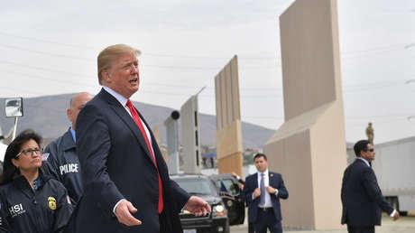 El presidente estadounidense, Donald Trump, revisa los prototipos del muro fronterizo en San Diego, California, el 13 de marzo de 2018.