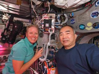 astronautas Shannon Walker e Soichi Noguchi conversando com alunos do ensino médio no Japão