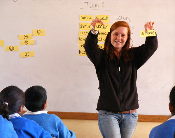 A Projects Abroad volunteer teaches an English class in Urubamba, Peru