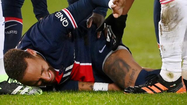 PSG perde em casa do Lyon e deixa ponta; Neymar se lesiona e sai de maca chorando