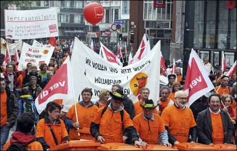 Centenares de personas participan en las celebraciones del Primero de Mayo en Berlín, Alemania.