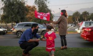 12/05/2021. Cristóbal Bellolio, candidato a la Asamblea Constitucional, hace campaña en la calle junto a su hija y su esposa, en Santiago de Chile. - Reuters