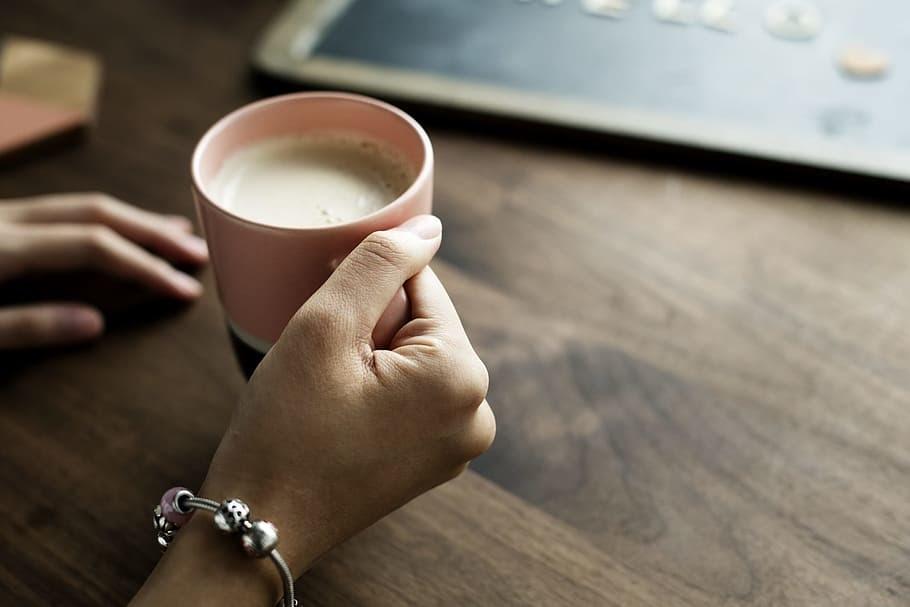 Thay vì lo lắng về lượng calo và chất béo trong sữa, hãy chú ý đến vấn đề hàm lượng canxi mà sữa có thể cung cấp.