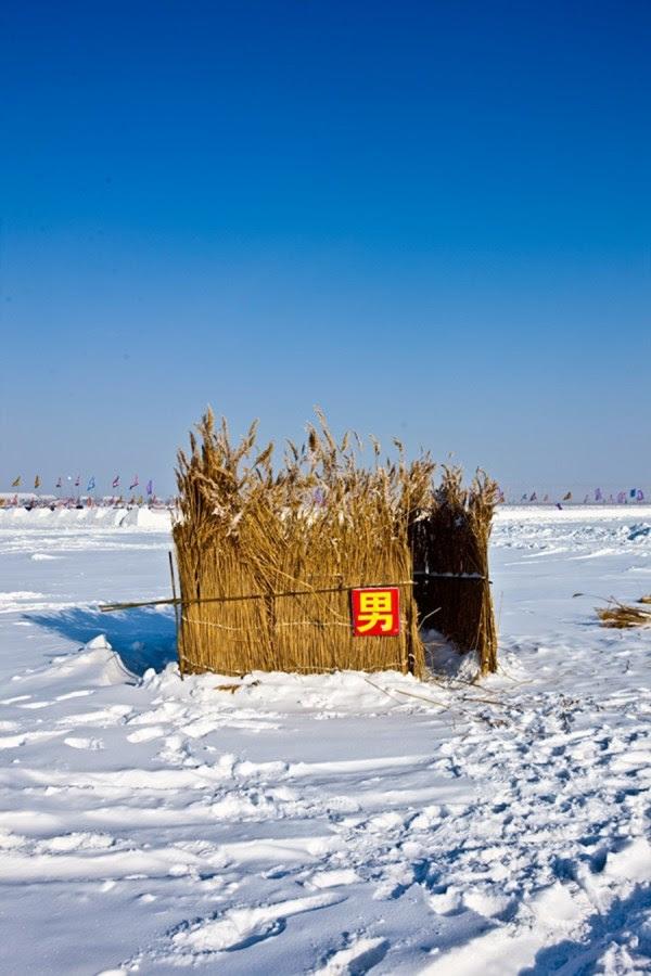 Un retrete improvisado en el lago Chagan