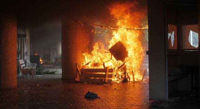 El interior del Ayuntamiento de Iguala, ardiendo.