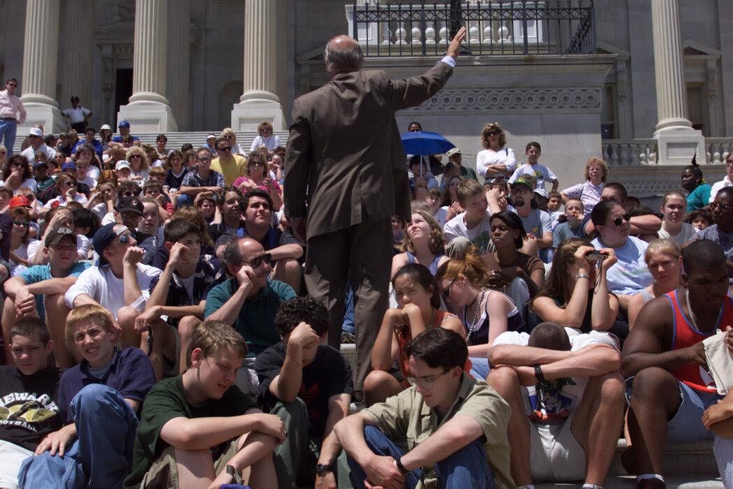 1999年,拜登在国会的台阶上,向一群高中生发表了有关核战争和中国间谍活动的激情演讲。