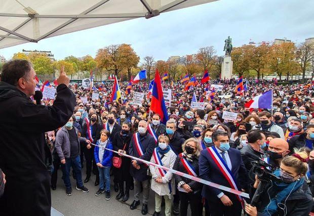 Ceints de leur écharpe tricolore, plusieurs élus ont participé au rassemblement.