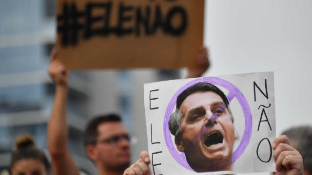 Manifestantes fincam cruzes em frente ao Congresso e criticam Bolsonaro