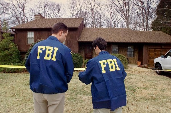 F.B.I. agents in 2001 at the Vienna, Va., home of Robert Hanssen, an F.B.I. agent who gave Moscow the names of Soviets working for the United States.