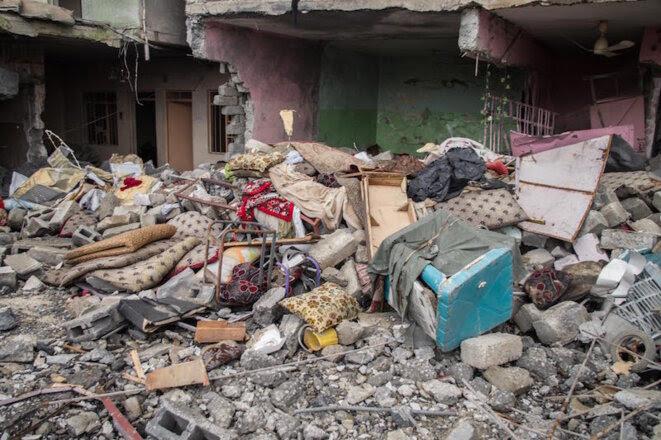 Une frappe a fait s'effondrer entièrement la maison de la famille de Saddam et Saïf Mustafa, le 28 février, tuant sur le coup 21 personnes qui étaient couchées dans la pièce principale. © Jérémy André