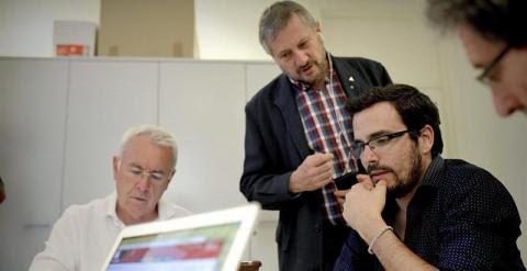 El líder de IU, Cayo Lara (i), y el candidato a la presidencia del Gobierno, Alberto Garzón (d), acompañados por el exeurodiputado Willy Meyer, siguen la información de la jornada electoral en la sede de Izquierda Unida, en Madrid. EFE/FERNANDO VILLAR