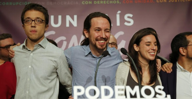 Pablo Iglesias, líder de Podemos, manda un guiño al público tras conocerse los resultados de las elecciones./ REUTERS/Andrea Comas