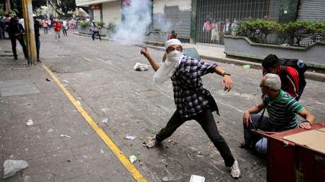 Manifestantes se enfrentan a las fuerzas de seguridad durante una protesta contra la privatización de la salud y educación en Tegucigalpa, Honduras, el 29 de abril de 2019.