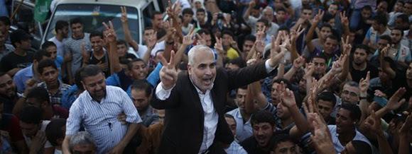 Portavoz de Hamas, Fawzi Barhoum, celebra junto a palestinos el anuncio del alto el fuego en Gaza. Foto: Reuters.