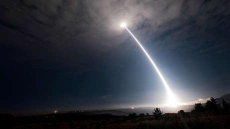 Lanzamiento de un misil balístico intercontinental Minuteman III desarmado en la base de la Fuerza Aérea Vandenberg, California (EE.UU.), el 2 de agosto de 2017.