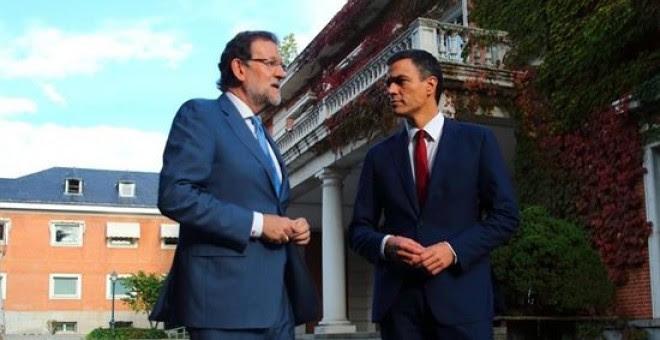 El presidente del Gobierno, Mariano Rajoy, y el líder del PSOE, Pedro Sánchez, este miércoles, en los jardines de La Moncloa. EUROPA PRESS