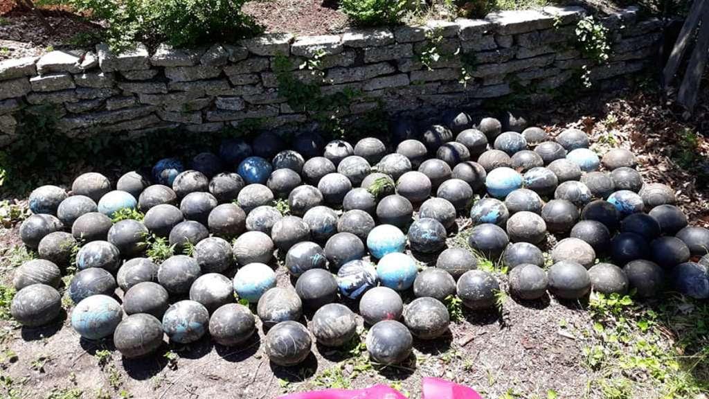160 bolas de boliche debajo de su casa