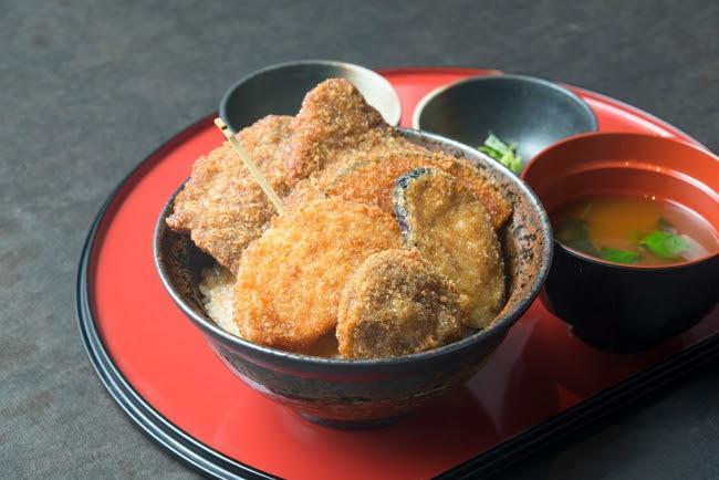 【新メニュー】野菜たれカツ丼 〔豚〕880円(+税)、 〔牛〕1,080円(+税)
