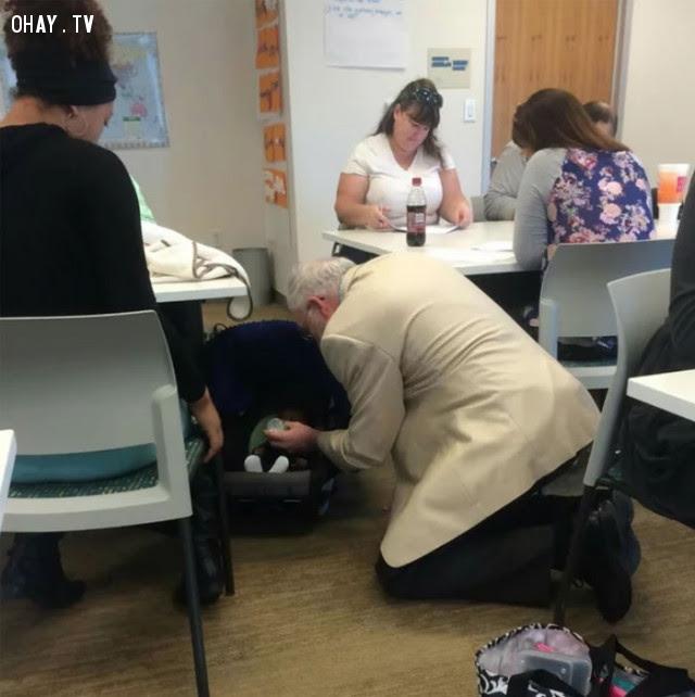 Giáo sư Địa lý cho em bé bú sữa trong giờ kiểm tra, mẹ bé đang làm bài.,Hoa Kỳ,nước mỹ,lòng nhân ái