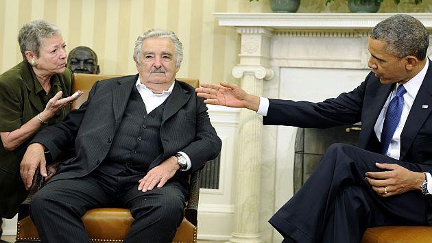 Barack Obama alaba a José Mujica en la Casa Blanca. (AP)