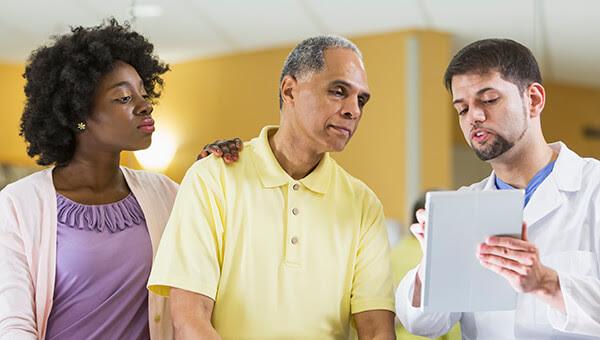 Padre e hija consultando con un médico
