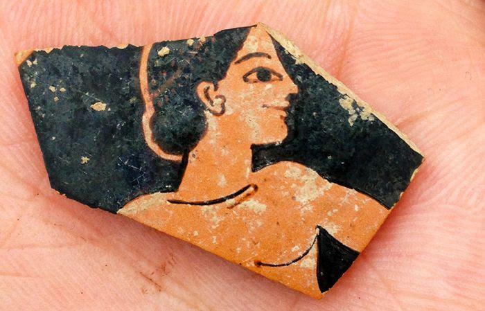 Fragmento de la cerámica roja del siglo VI AC