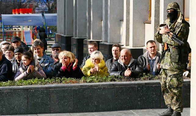 Un miliciano prorruso en guardia en un edificio tomado en Slaviansk.