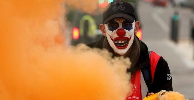 05/12/2019.- Un protestante con una máscara sostiene un bote de humo durante una manifestación convocada en el marco de la huelga general francesa contra la reforma de las pensiones, este jueves, en Marsella (Francia). La huelga ha paralizado los transpo