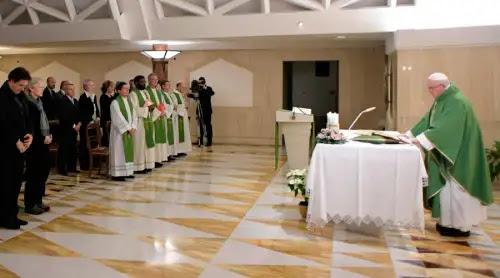 """¿Adorar en silencio? Un """"camino"""" difícil pero necesario, según el Papa"""